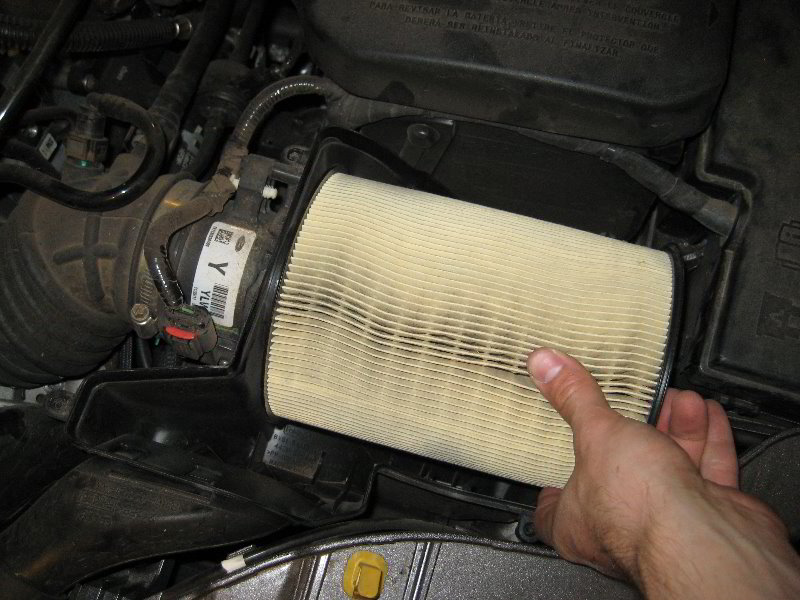 Ford Focus Engine Air Filter Replacement Guide 013