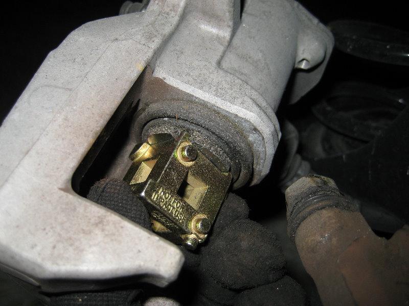 Hyundai Elantra Rear Brake Pads Replacement Guide 020
