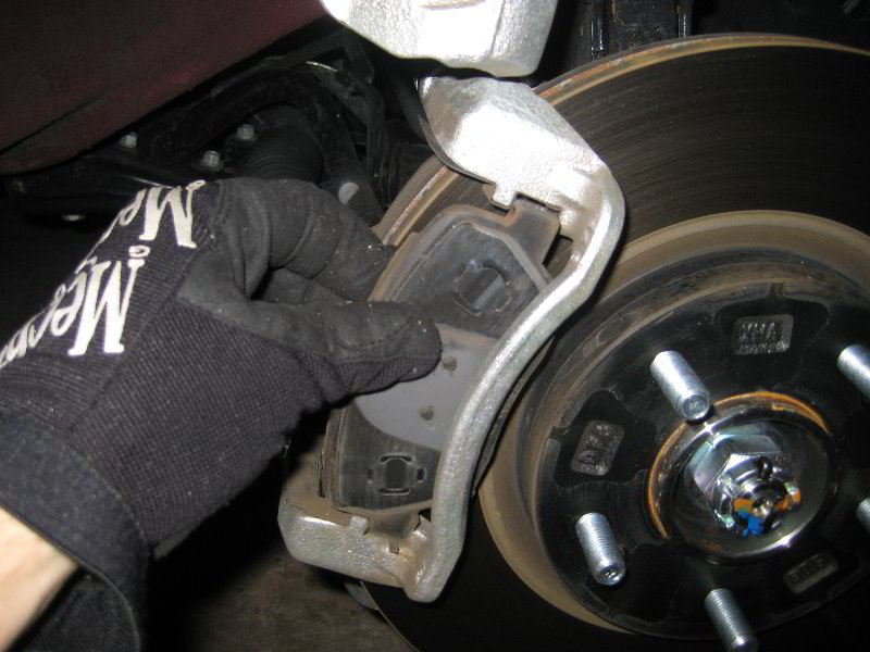 Hyundai Santa Fe Front Brake Pads Replacement Guide 011