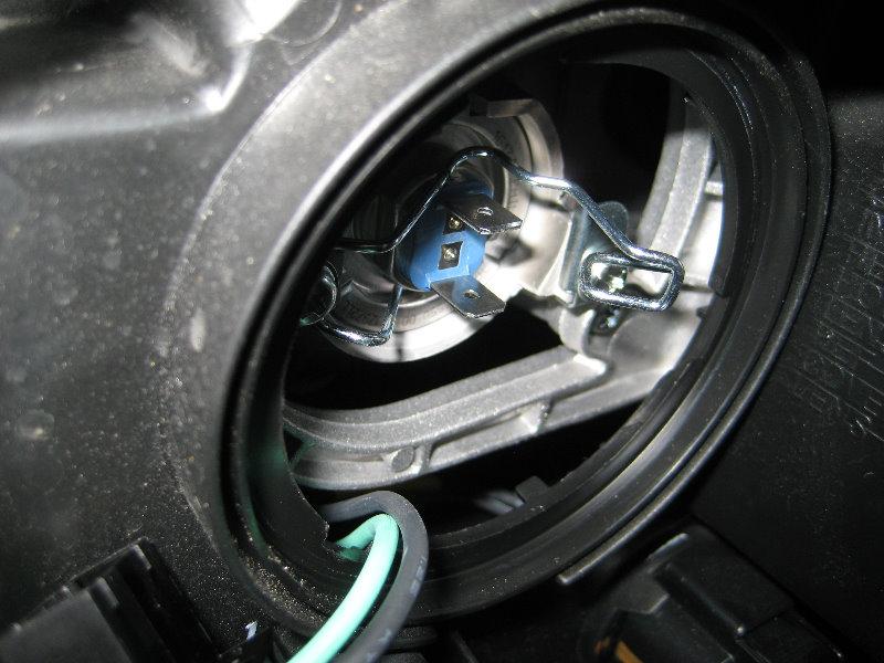 Hyundai Santa Fe Headlight Bulbs Replacement Guide 014