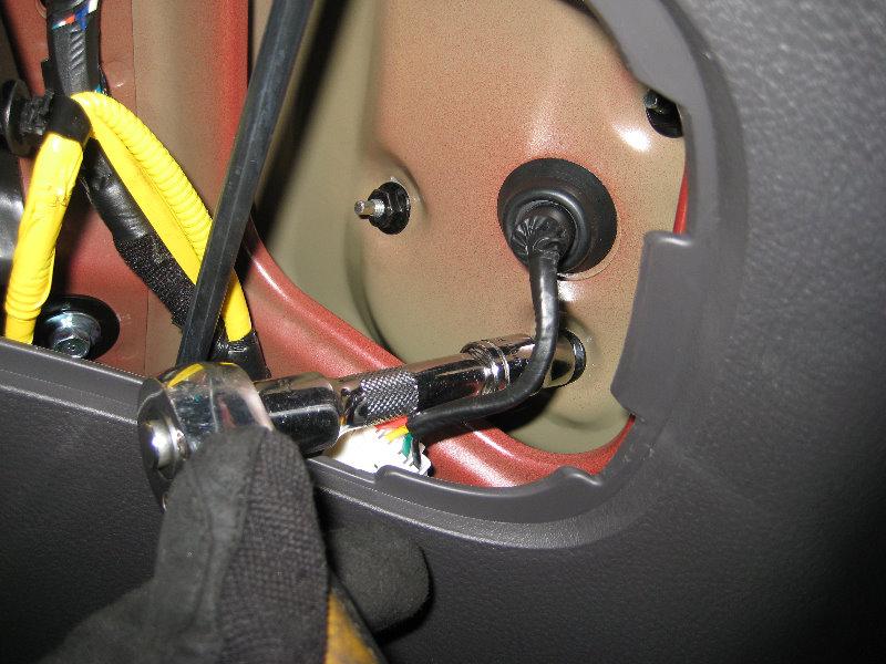 Hyundai Santa Fe Tail Light Bulbs Replacement Guide 006