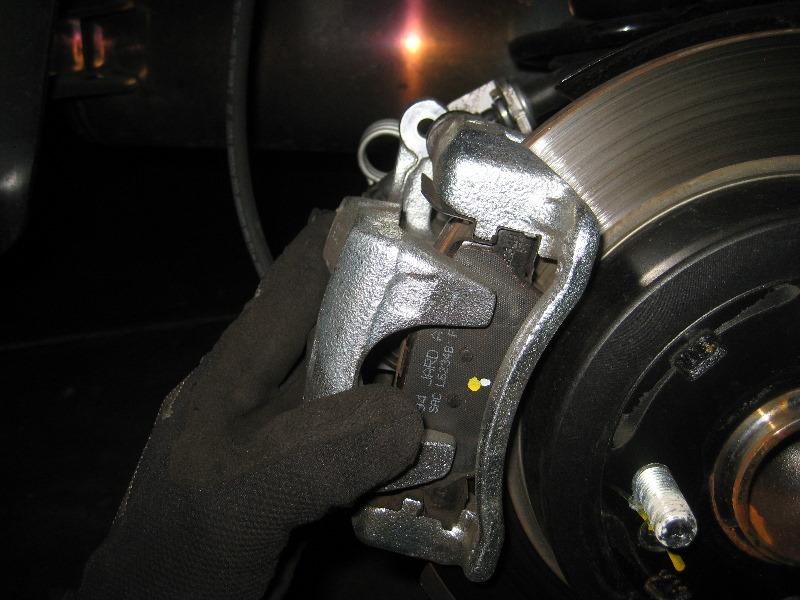 Рено сандеро замена передних тормозных колодок своими руками